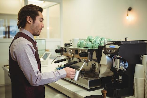 Mann, der kaffee in kaffeemaschine vorbereitet
