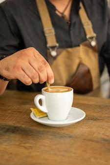 Mann, der kaffee von der espressomaschine tut und nimmt. beruf, lifestyle-konzept.