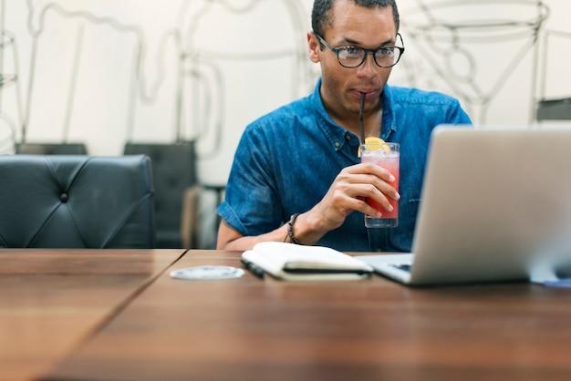 Mann, der kaffeestube-café-konzept bearbeitet