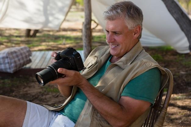 Mann, der kamera untersucht