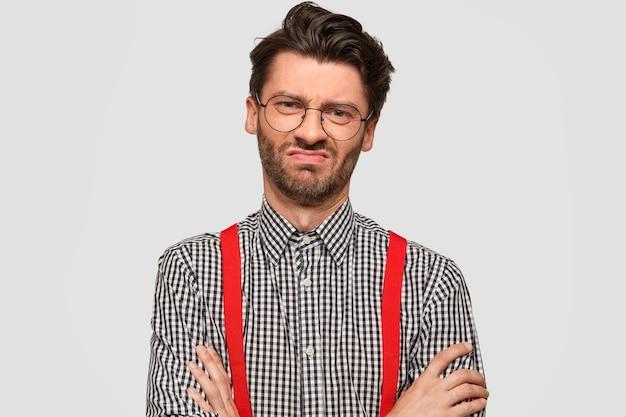 Mann, der kariertes hemd und rote hosenträger trägt