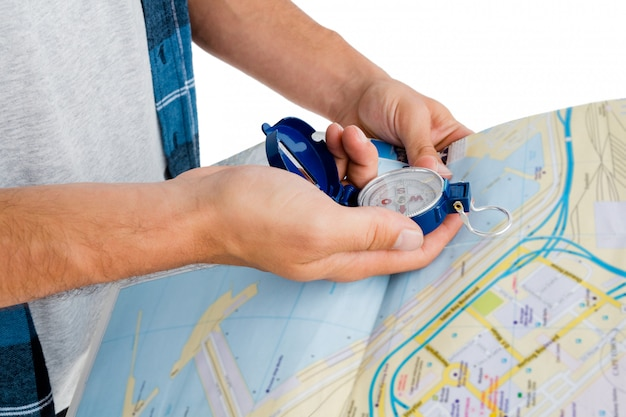Mann, der karte und kompass hält