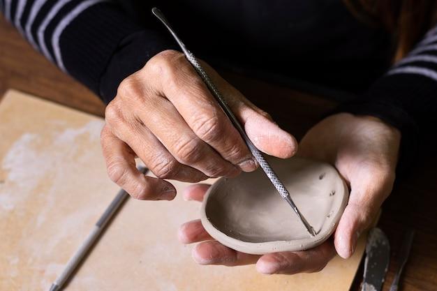 Mann, der keramik arbeitet