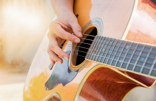 Mann, der klassische gitarre hält und gitarre spielt