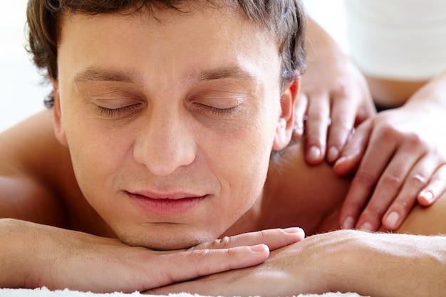 Mann, der körpermassage im wellness-salon