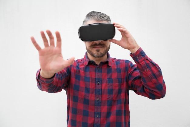 Mann, der kopfhörer der virtuellen realität verwendet