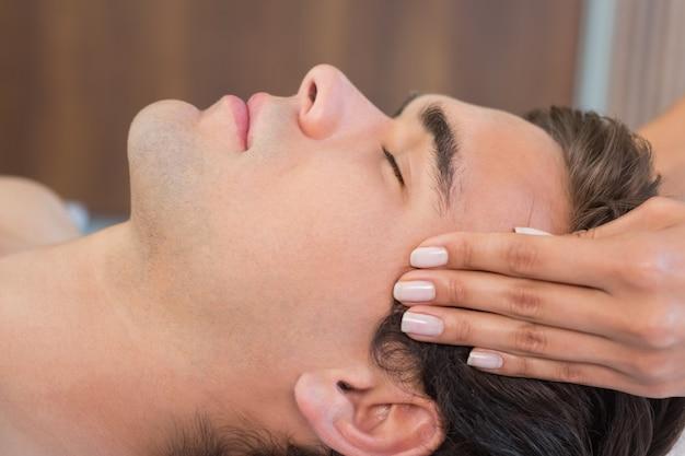 Mann, der kopfmassage in der badekurortmitte empfängt