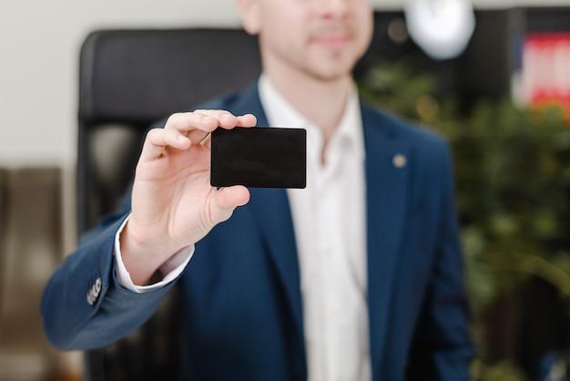 Mann, der kreditkarte für zahlungen im büro verwendet