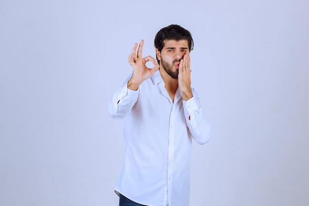 Mann, der kreishandzeichen zeigt, das genuss bedeutet.