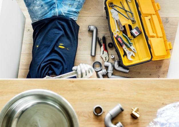 Mann, der küchenspüle repariert