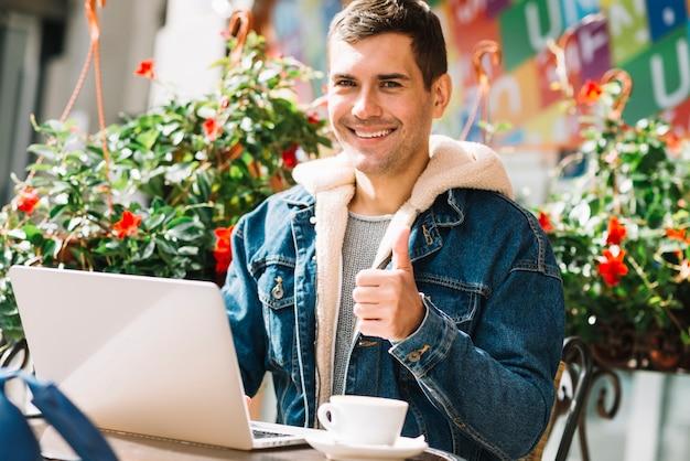 Mann, der laptop in der städtischen umwelt verwendet