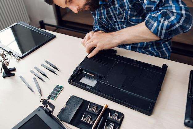 Mann, der laptop repariert