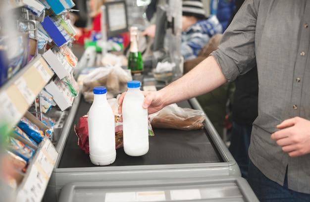 Mann, der lebensmittelprodukte im supermarkt kauft