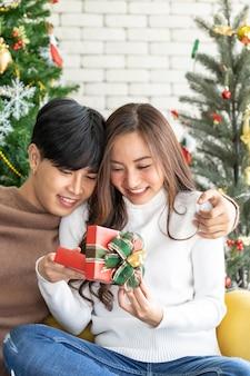 Mann, der mädchenweihnachtsgeschenk gibt