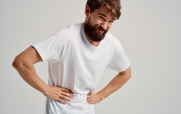 Mann, der magen mit handschmerzen magenproblemen berührt