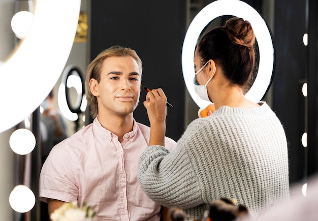 Mann, der make-up-mittelschuss trägt