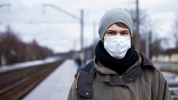 Mann der medizinischen maske, der weltsperre, der coronavirus-pandemie.