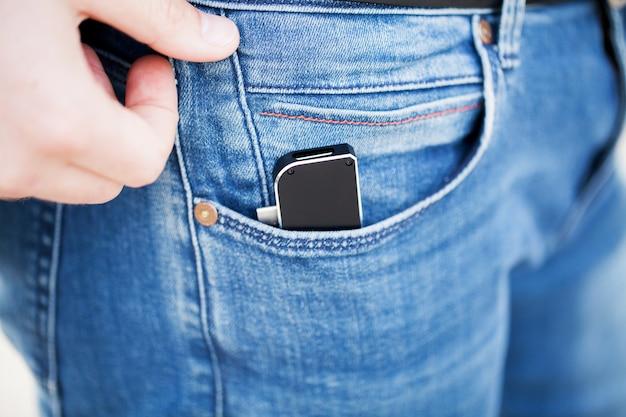 Mann, der miniadapter für laptops und flash-speicher hält