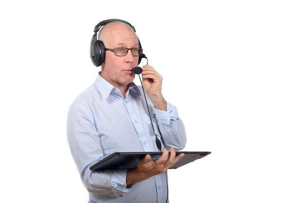 Mann, der mit einem digitalen tablett steht