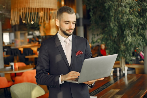 Mann, der mit einem laptop am tisch arbeitet