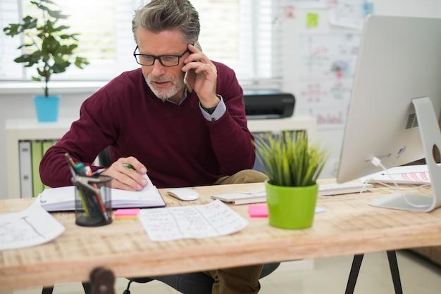 Mann, der mit einem seiner kunden am telefon spricht