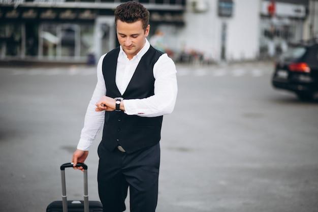 Mann, der mit einer reisetasche reist