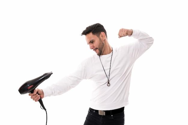Mann, der mit fön, weißem hintergrund und kopienraum kämpft