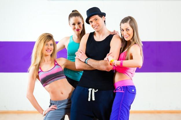 Mann, der mit frau in zumba tanzschule aufwirft