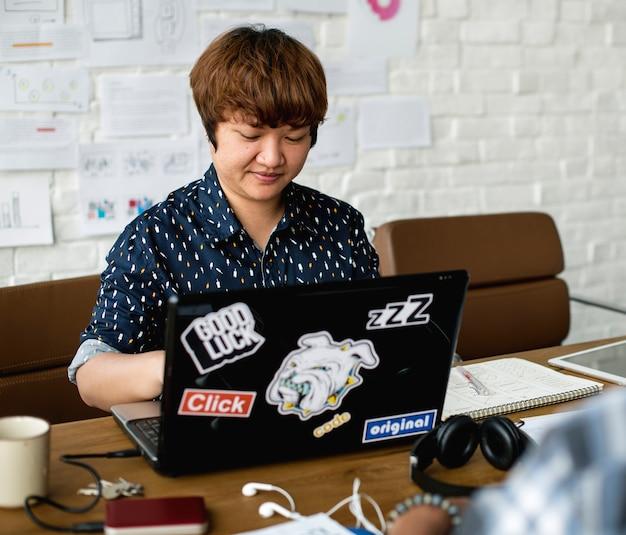 Mann, der mit laptop im raum arbeitet