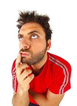 Mann, der mit rotem t-shirt denkt