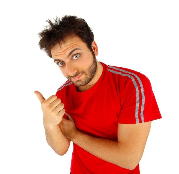 Mann, der mit rotem t-shirt zeigt