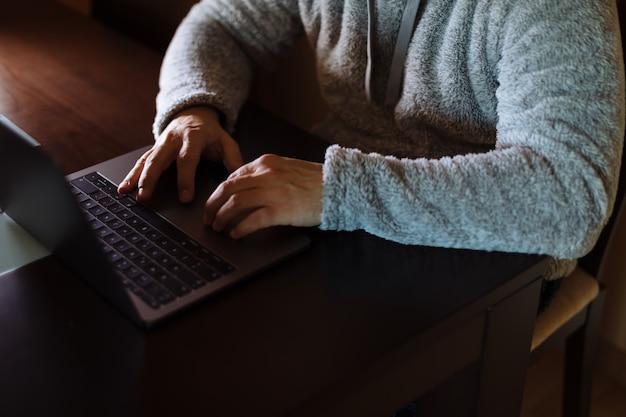 Mann, der mit seinem laptop arbeitet