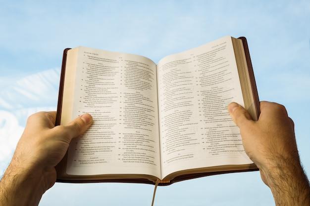 Mann, der mit seiner bibel betet
