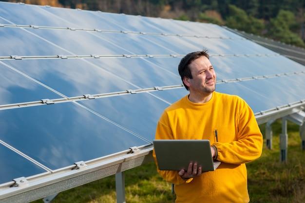 Mann, der mit sonnenkollektoren arbeitet