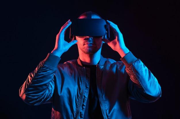 Mann, der mittlere aufnahme der virtuellen realität erlebt