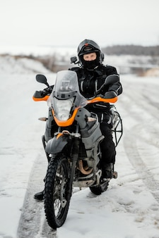 Mann, der motorrad am wintertag reitet