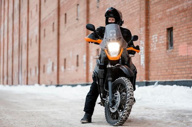 Mann, der motorrad reitet