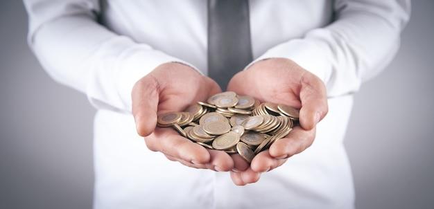 Mann, der münzen zeigt. unternehmen. finanzen