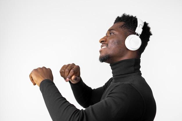 Mann, der musik auf kopfhörern hört