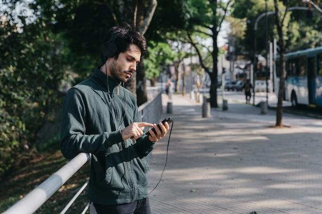 Mann, der musik mit smartphone hört