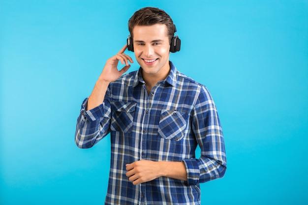 Mann, der musik über drahtlose kopfhörer hört und spaß im modernen stil hat, glückliche emotionale stimmung isoliert auf blau