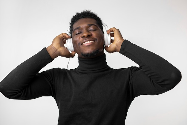 Mann, der musik über kopfhörern hört