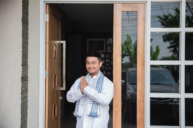 Mann, der muslimische grußgeste zeigt
