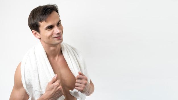Mann, der nach bad mit kopienraum aufwirft