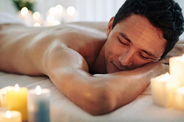 Mann, der nach der massage ruht