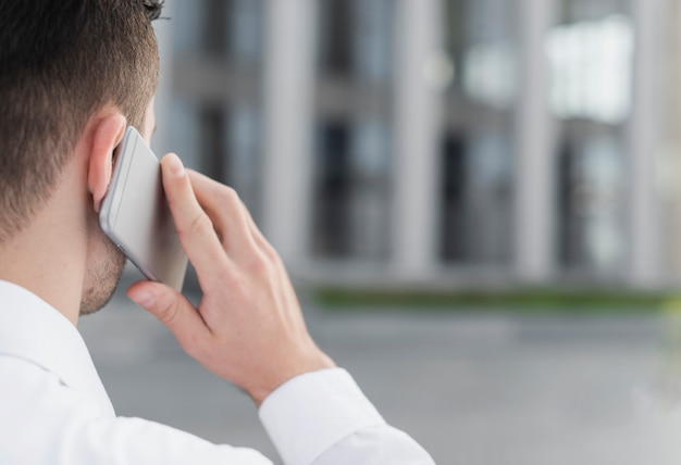 Mann, der nah oben am telefon spricht