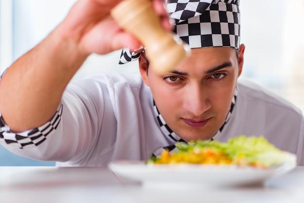 Mann, der nahrung an der küche zubereitet