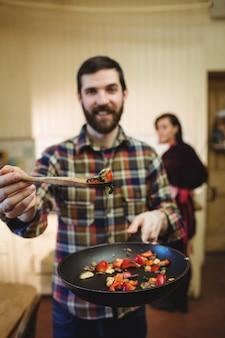 Mann, der nahrung in der küche zubereitet