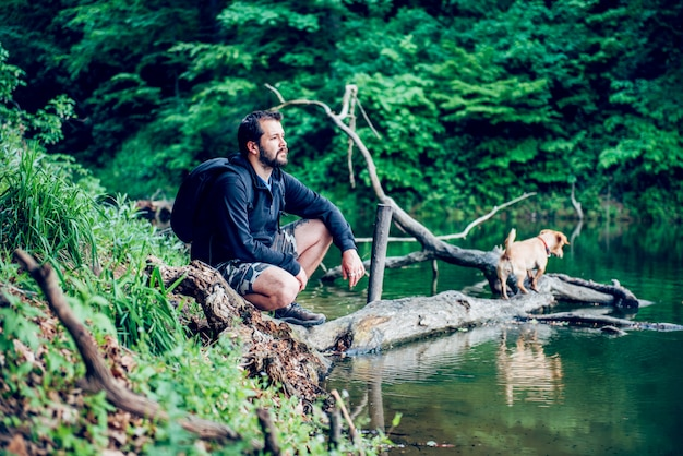 Mann, der natur mit dem hund genießt
