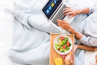 Mann, der Netflix-Konto nahe isst Frau wählt